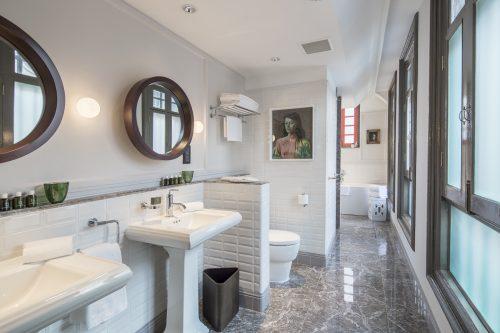 club-suite-bathroom-1